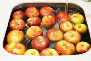 Apple Themed Game: Bobbing for Apples. Great way to bring in the fall season and a great activity for classroom or kids parties.